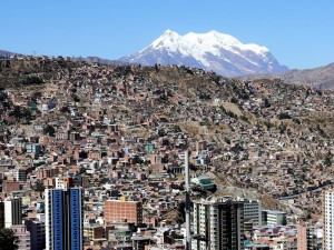 Bolivien La Paz Blick auf die Stadt mit dem Illimani im Hintergrund