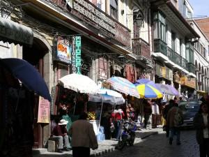 Bolivien La Paz Einkaufsstrasse in der Altstadt